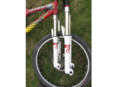 "At right: custom built Manitou fork - 26"", 20 mm axle, with air spring, ABS+ damper, 140 mm travel & custom tuned (compression & rebound) for a 50 kg female rider; At left: externally identical 2008 Manitou Minute"